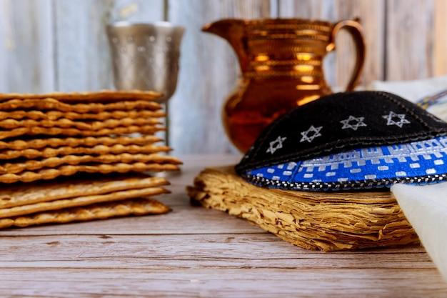 Pascha matzoh joodse vakantie met koosjer wijn met kipah en tallit Premium Foto