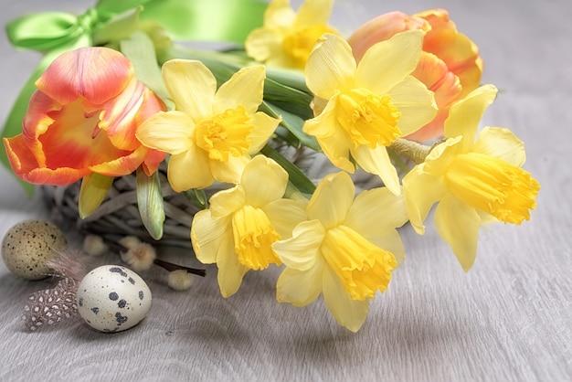 Pasen-bloemstuk met gele gele narcissen Premium Foto