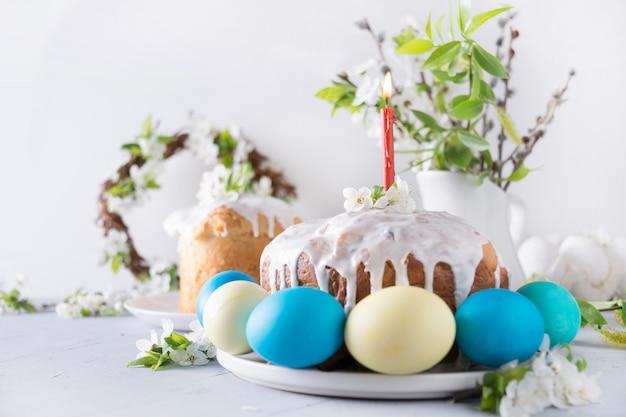 Pasen-cake en kleurrijke eieren. feestdagen traditioneel ontbijt. Premium Foto