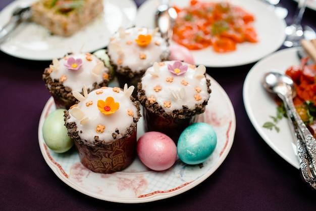 Pasen-dagcakes en kleurrijke eieren Premium Foto