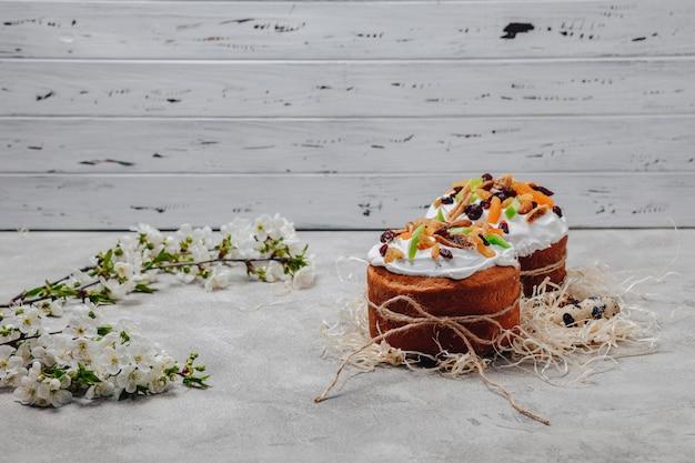 Pasen-gebakjes en eieren op een concrete achtergrond Gratis Foto