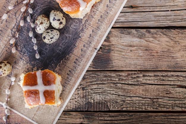 Pasen-hete dwarsbroodjes op houten achtergrond Premium Foto