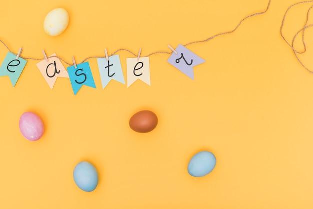Pasen-inschrijving op wimpels met eieren Gratis Foto