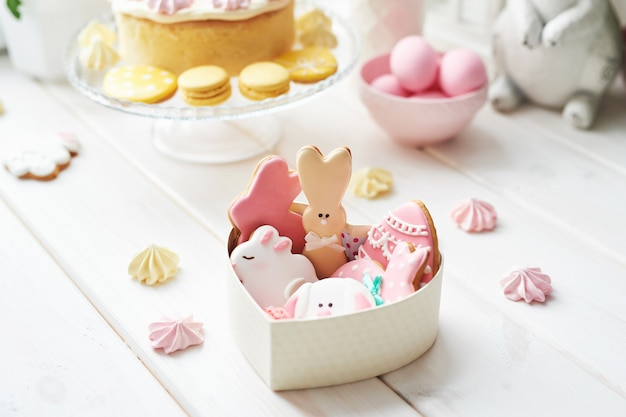 Pasen-koekjes in doos en zoete cake met macarons Premium Foto