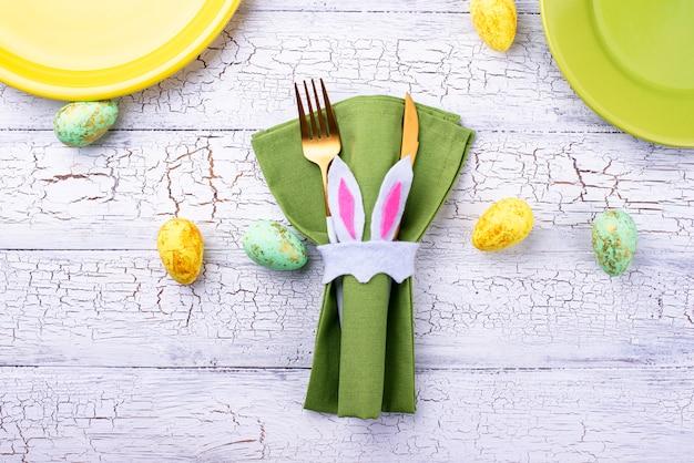 Pasen-lijst die in groene kleur plaatst Premium Foto