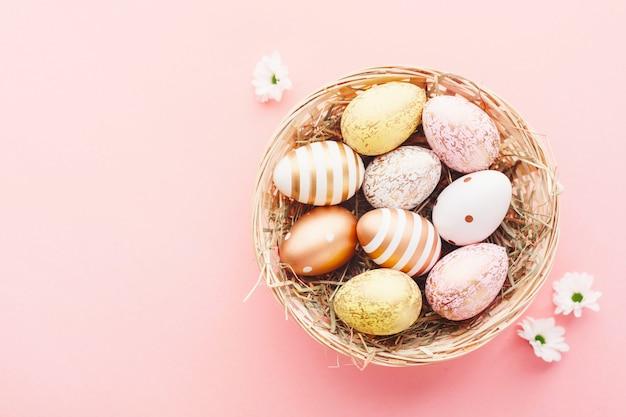 Pasen plat leggen van eieren in nest op roze Premium Foto