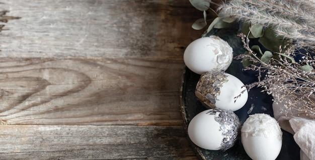 Pasen-samenstelling met decoratieve eieren op een houten ruimte van het oppervlaktekopie. Gratis Foto