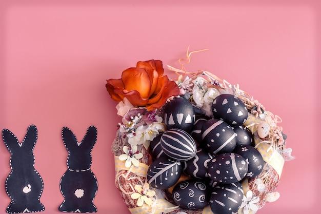 Pasen-samenstelling met eieren en de paashaas op een roze lijst Gratis Foto
