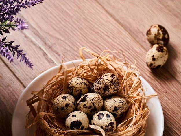 Pasen-samenstelling met eieren op houten lijst, ruimte voor tekst Premium Foto