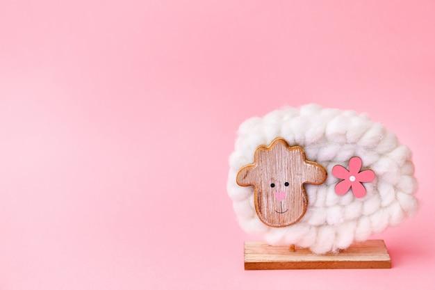Pasen-schapendecoratie op roze achtergrond Premium Foto
