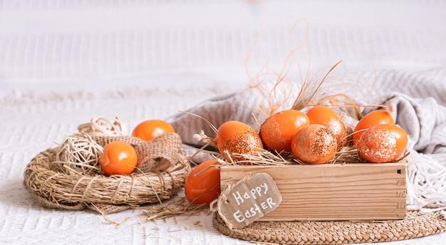 Pasen-stilleven met oranje eieren, vakantiedecor. Gratis Foto