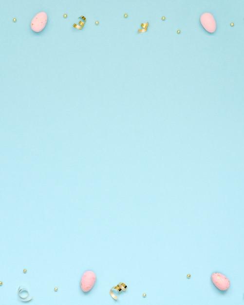 Pasen-vakantieachtergrond met roze paaseieren en gouden linten. kopieer ruimte Premium Foto