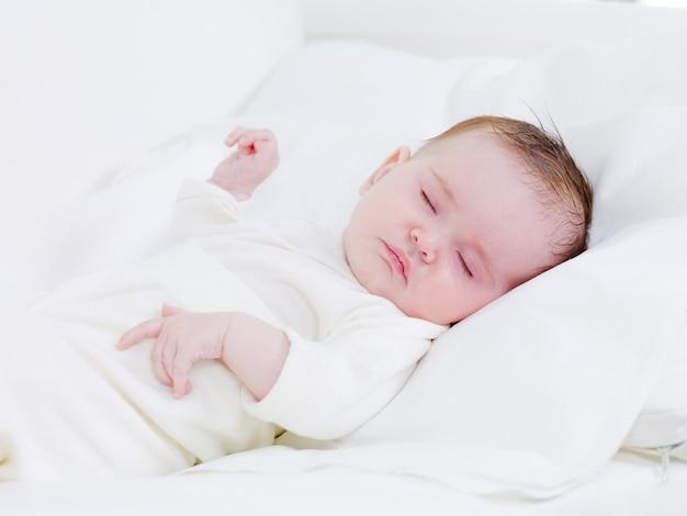 Pasgeboren baby in zoete dromen Gratis Foto