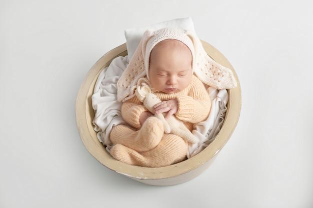 Pasgeboren babyjongen 1 maand Premium Foto