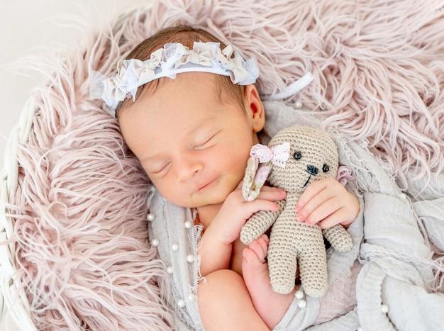 Pasgeboren babyslaap in de mand Premium Foto