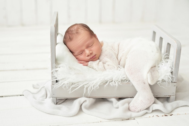 Pasgeboren jongen op wit Premium Foto