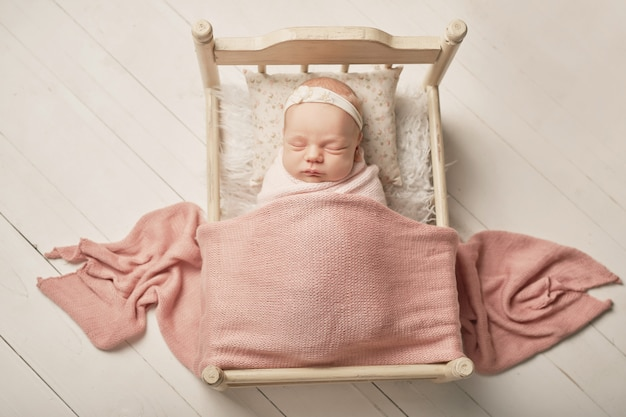 Pasgeboren meisje op een wit Premium Foto