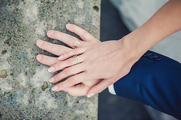 Pasgetrouwde handen met ringen Premium Foto