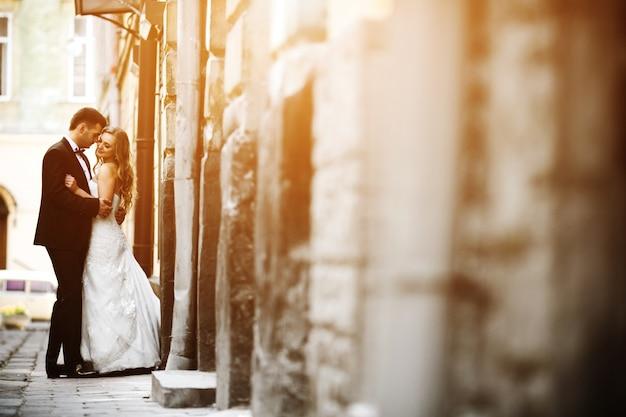 Pasgetrouwden in de liefde die zich op straat Gratis Foto