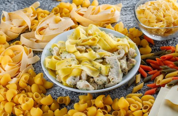 Pasta en vlees met deeg, rauwe pasta in een plaat Gratis Foto