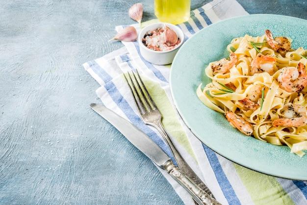 Pasta fettuccine met garnalen Premium Foto
