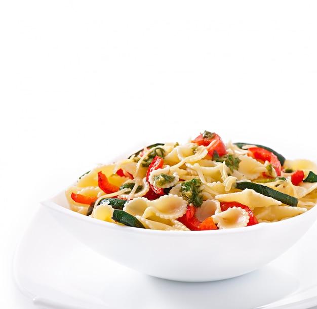 Pasta met courgette en paprika met basilicum-knoflookdressing Gratis Foto