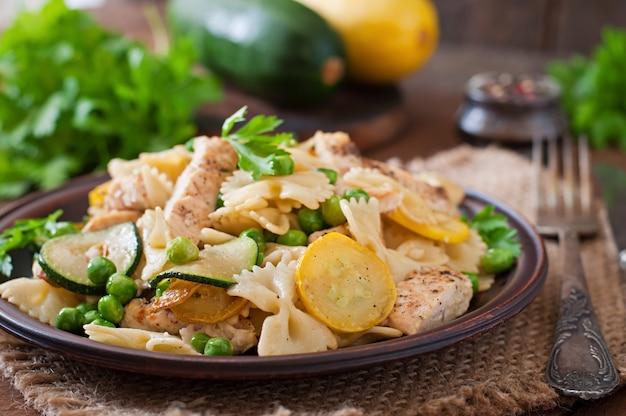 Pasta met courgette, kip en groene erwten Gratis Foto