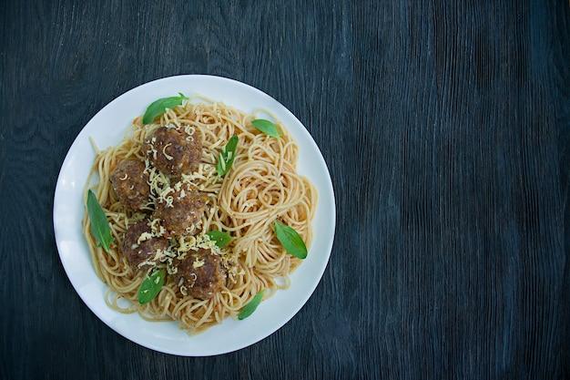 Pasta met gehaktballen en peterselie in tomatensaus Premium Foto
