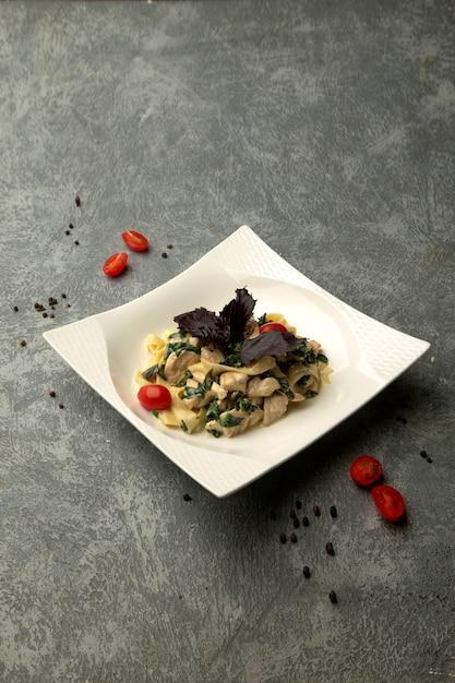Pasta met kip en kruiden Gratis Foto