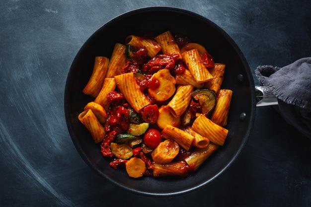 Pasta met tomatensaus met groenten Gratis Foto