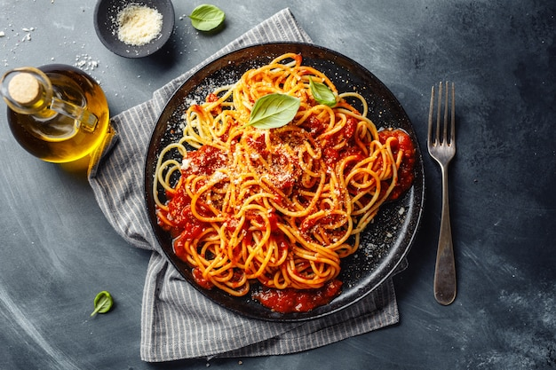 Pasta met tomatensaus op plaat Premium Foto