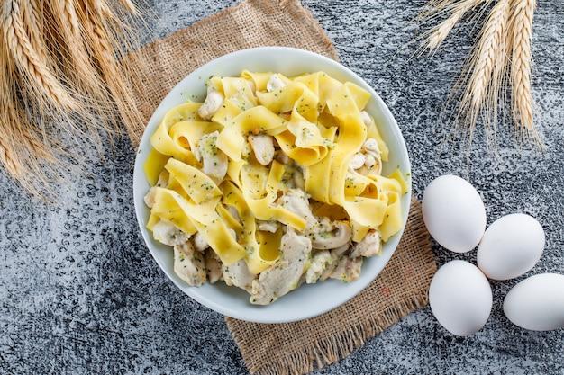 Pasta met vlees in een plaat met eieren Gratis Foto