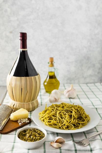 Pasta plaat met fles wijn en olijfolie Gratis Foto