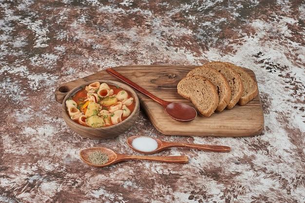 Pastasoep in bouillon met kruiden en specerijen. Gratis Foto