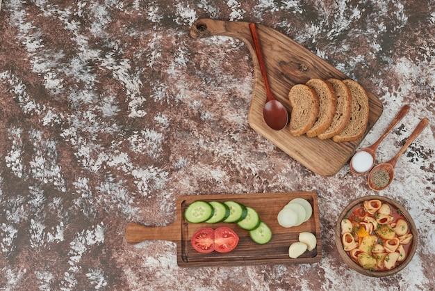 Pastasoep met een groenteschotel eromheen Gratis Foto