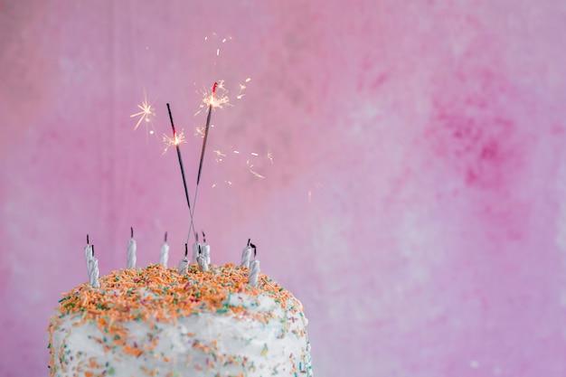 Pastelkleur verjaardagstaart met sparkler Gratis Foto