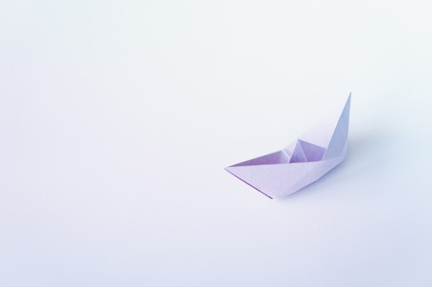 Pastelkleurdocument boot op schone achtergrond met exemplaarruimte Premium Foto