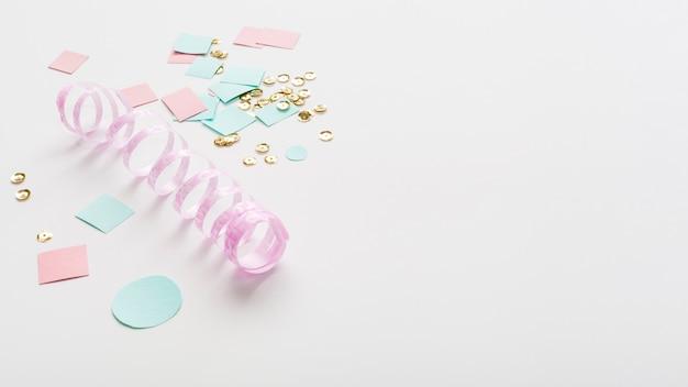 Pastelkleurig lint met papier en kopie ruimte Gratis Foto