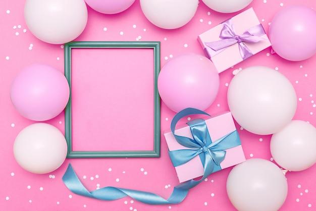 Pastelkleurige ballonnen en witte confetti op roze Premium Foto