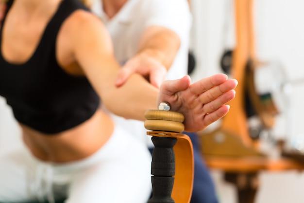 Patiënt bij de fysiotherapie die fysieke oefeningen maakt Premium Foto