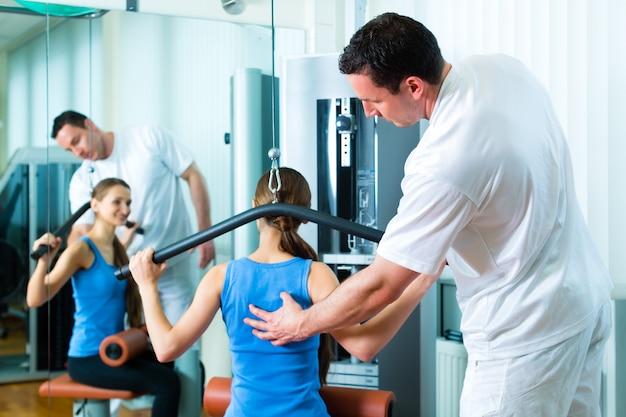 Patiënt bij de fysiotherapie die fysiotherapie doet Premium Foto