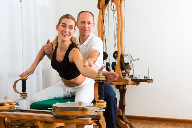 Patiënt bij de fysiotherapie Premium Foto
