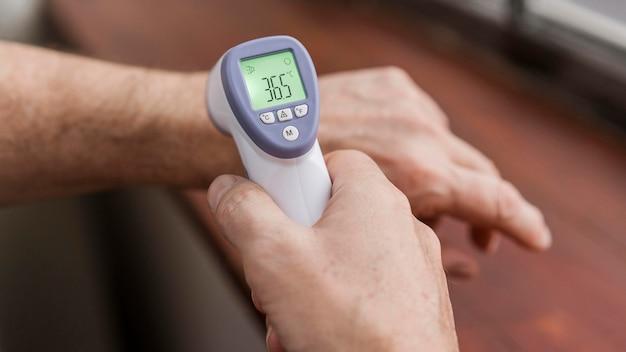 Patiënt die zijn temperatuur laat controleren Gratis Foto