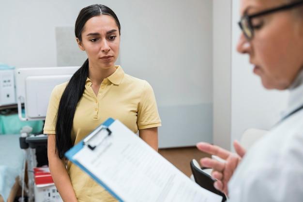 Patiënt en arts praten over diagnose Gratis Foto