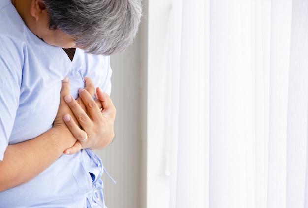 Patiënt man met pijn bij hartaanval in ziekenhuis kamer Premium Foto