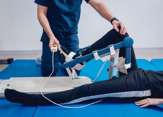 Patiënt op cpm-machines. apparaat om anatomisch correcte beweging te bieden aan zowel de enkel als de subtalaire gewrichten. Premium Foto