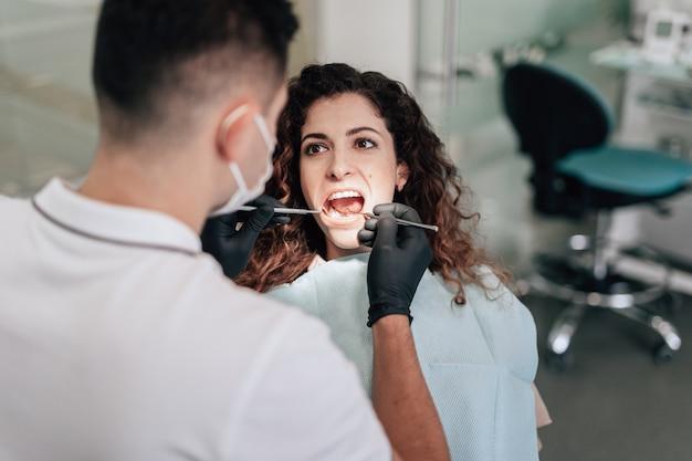 Patiënt op tandartskantoor dat een controle heeft Gratis Foto