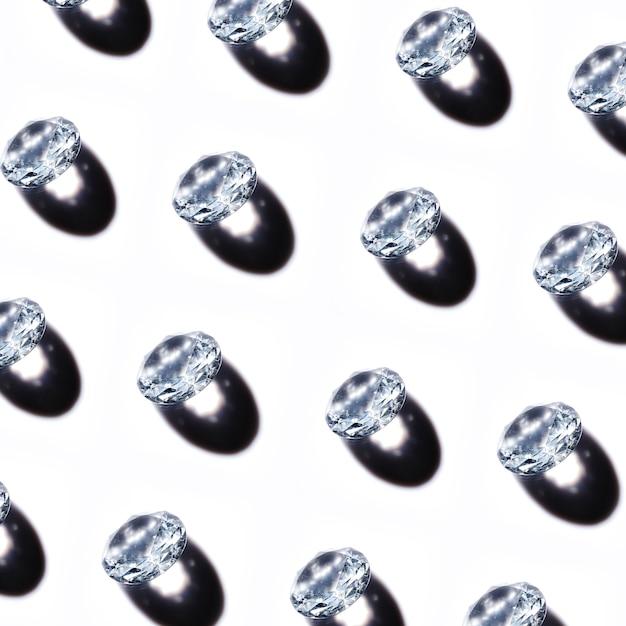 Patroon van kristaldiamanten met schaduw op witte achtergrond Gratis Foto