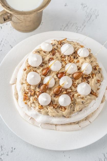 Pavlova-cake met karamel en amandelen Premium Foto