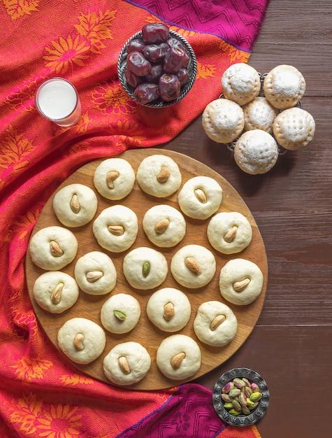 Peda (indisch zoet), milk fudge in een houten tafel. eid and ramadan dates sweets - arabische keuken. Premium Foto